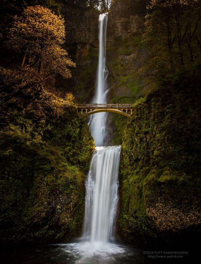 Multnomah Falls bridge in Oregon in the USA is one of the World's most magical old bridges