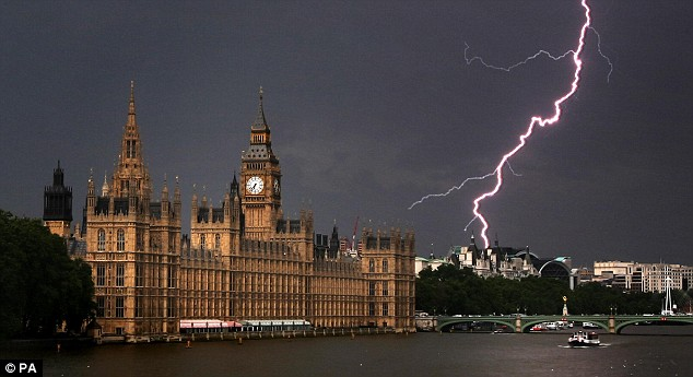 One of the most amazing thunderstorm pictures is taken in London.