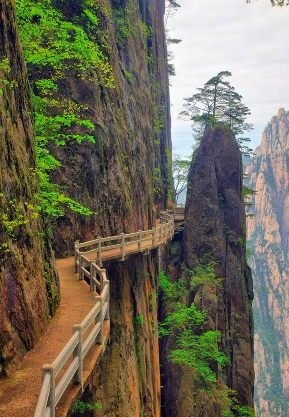 Huangshan walking trail is one of the world's most spectacular cliff walks.