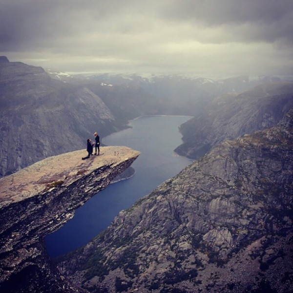 Asking your girlfriend to marry you after a long hike is one of the most unique marriage proposal ides .