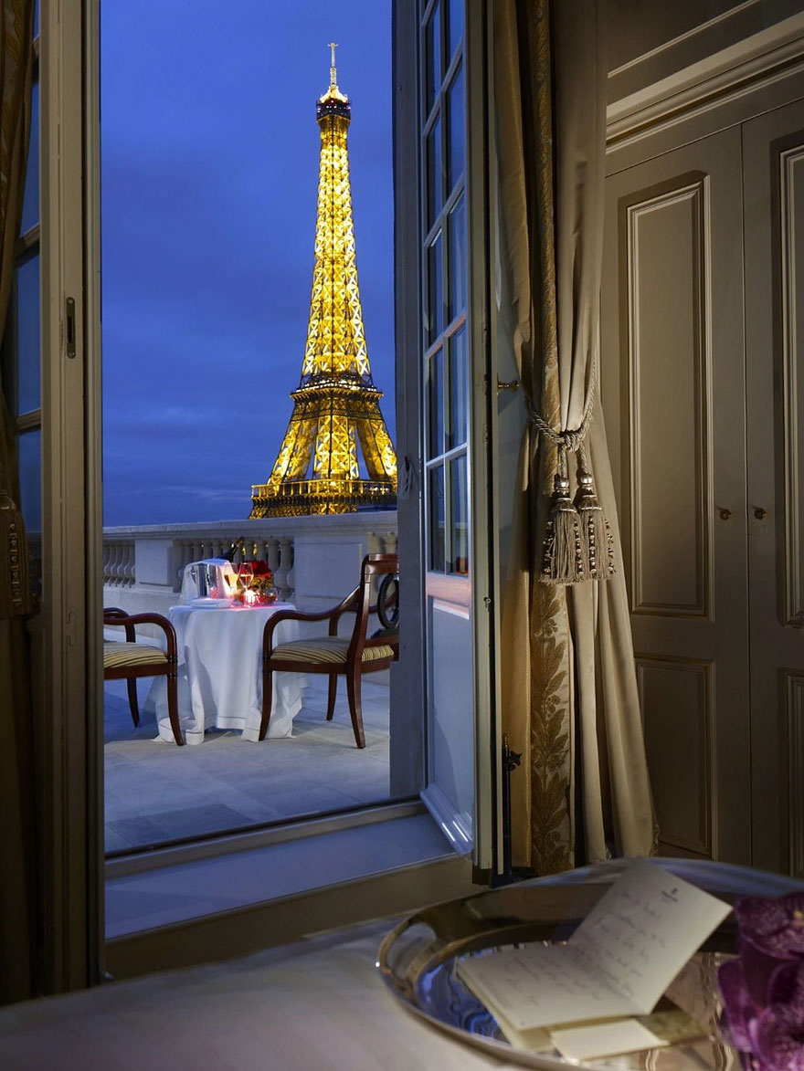 17 luxury hotel rooms with a view travels and living for Luxury hotels paris france