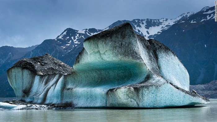 Spectacular Tasman lake icebergs in New Zealand's South Island.