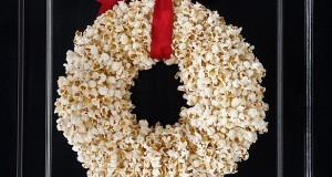 Popcorn wreath is one of the most interesting DIY holiday decorations.
