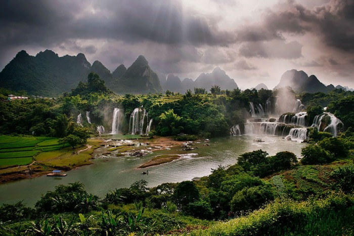 Top reasons to visit China - Detian Falls.