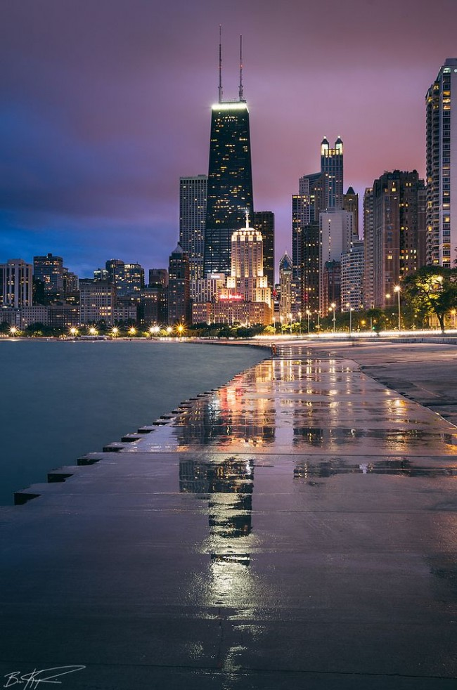 Chicago looks great at dusk. You must visit the city at this time of the day.