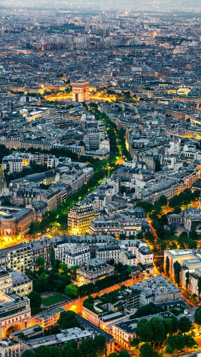 These are 20 beautiful dusk photos from around the world. This is Paris.