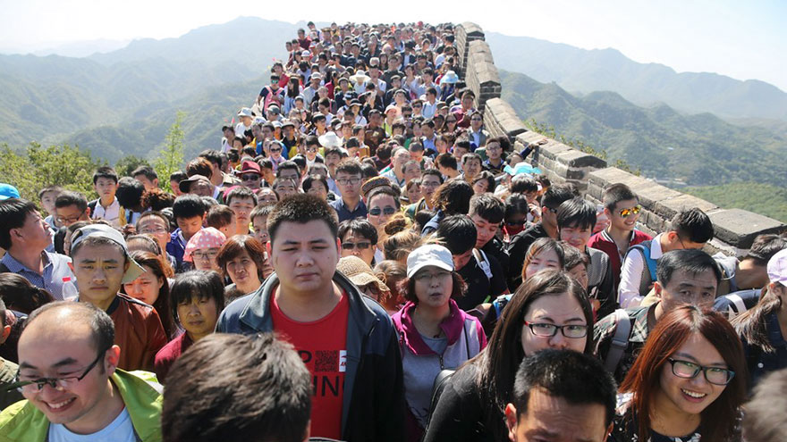 This is what the Great Wall in China looks like during high and low season.