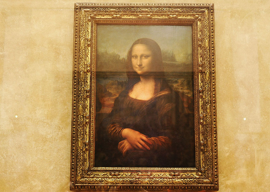 This is what admiring Mona Lisa in Louvre Museum looks like during high and low season.