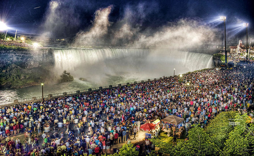 This is what the Niagara Falls look like during high and low season.