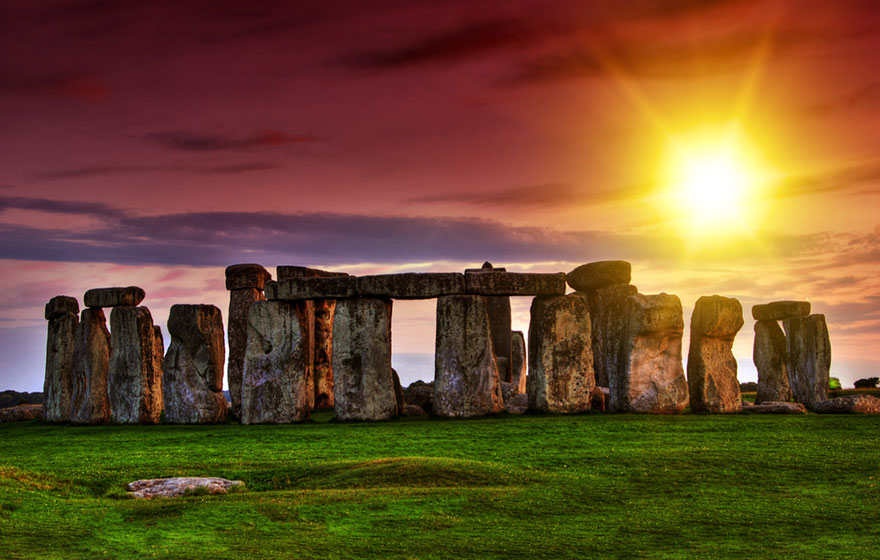 This is what Stonehenge in the UK looks like during high and low season.