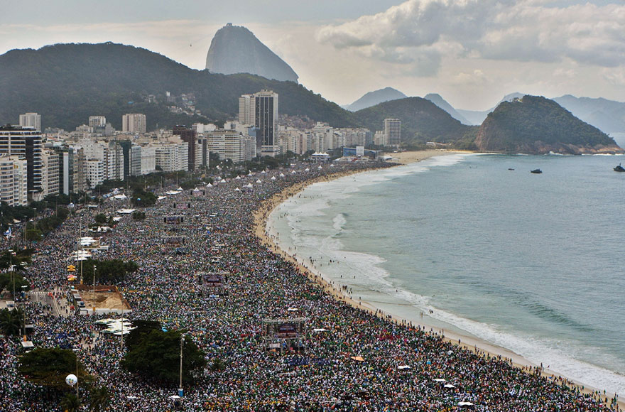 This is what Rio de Janeiro looks like during high and low season.